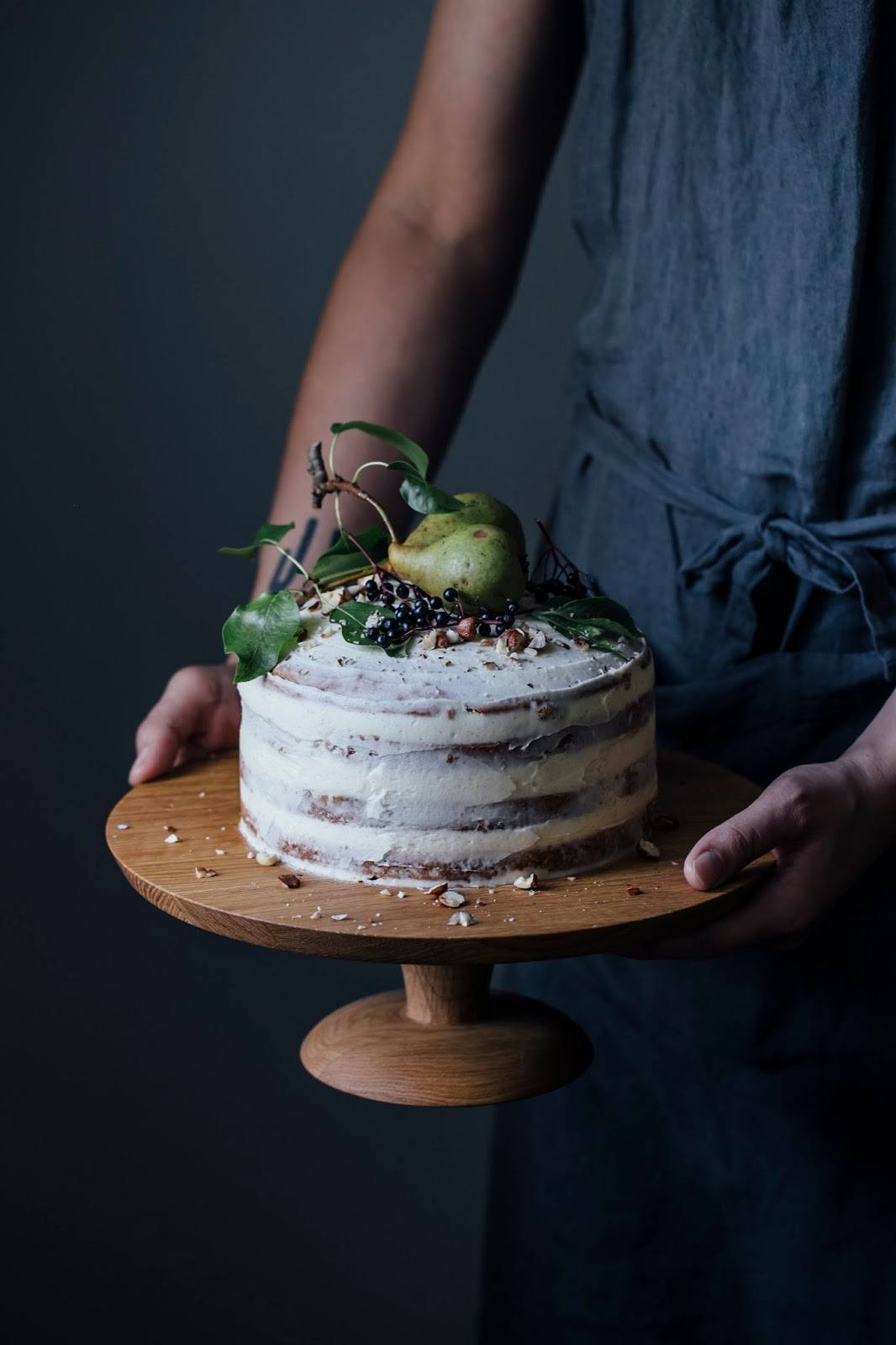 We made a Cake Stand with Nutsandwoods & a gluten-free Elderberry-Pear-Hazelnut Cake