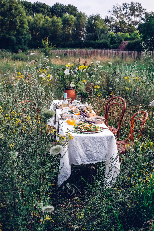 A Summer Gathering in the Garden – Light Tomato-Peach-Salad with Buffalo Mozarella